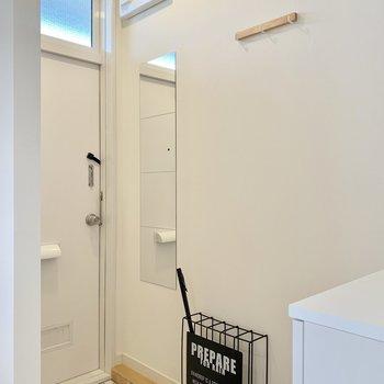 玄関にはミラーとコート掛けを設置!しっかり高さも計算されています(※写真の小物等は見本です)