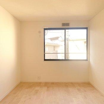 続いては洋室へ。こちらは6.8帖!ダブルベッドを置いても広々と使えます!