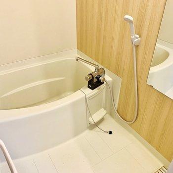 お風呂は木目のシートを貼ってガラッとイメージチェンジ!サーモ水栓で温度調整もしやすいです。