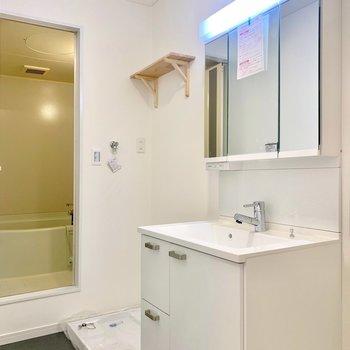 洗面台と洗濯機置き場も新設しました!洗面台横には小さな棚も置けますよ!