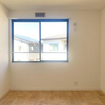 お隣の洋室は6.4帖。将来お子さんができたらお部屋にしたりと色んな使い方ができます。