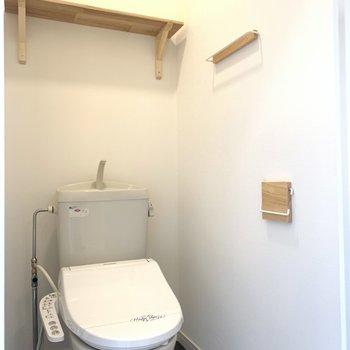 トイレはウォシュレット付き。棚やペーパーホルダーなども木の風合いに仕上げました。