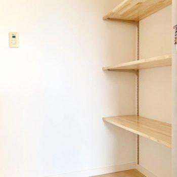 可動式の棚で高さも変えられます。コート掛けにもできるフックも取り付けました!