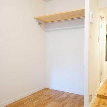 【完成イメージ】洋室にもオープンタイプの収納があります。用途別で使い分けを◎