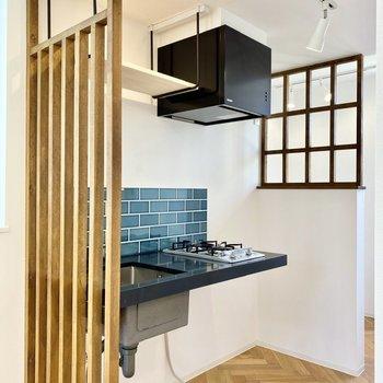 むき出し感のある造作キッチン。右に冷蔵庫がおけますよ。