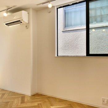 お部屋の中心にも窓があり、3面から光を取り入れていますよ。