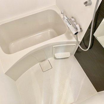 浴室はシンプルに。乾燥機付きですよ。