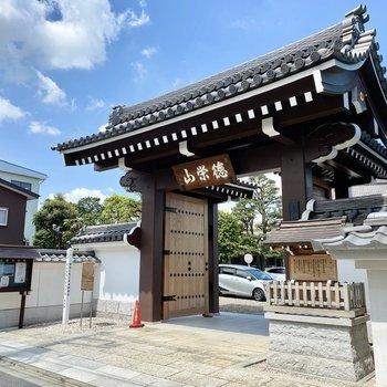お部屋近くのお寺。厳かな雰囲気です。
