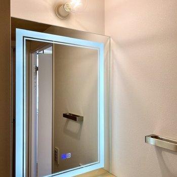 触れてみれば、鏡の枠に明かりが灯りました。温水との切り替えもこちらのボタンで行います。