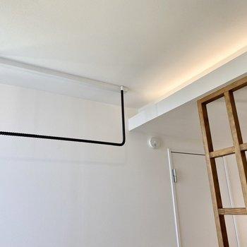 【ディティール】ベッドスペースには間接照明が。 ポールにハンガーを掛けておくこともできます。