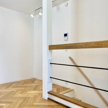 こちらの階段は玄関に続いていますよ。