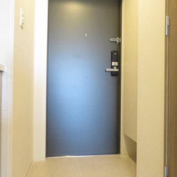 玄関は一人用(※写真は9階の同間取り別部屋のものです)