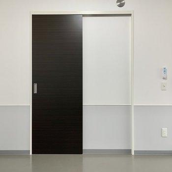 【洋室】右側のLDKを区切るドアは半透明なので光が洋室まで届きます。