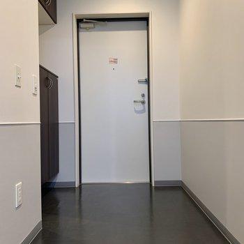 段差があまりなく、フラットで広々とした玄関です。自転車もおいて置けそう。