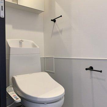こだわり詰まったトイレです!ホルダーがおしゃれですね。