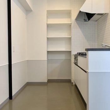 【LDK】ゆとりのある広々キッチン!奥の可動棚はパントリーとして使えそうです。