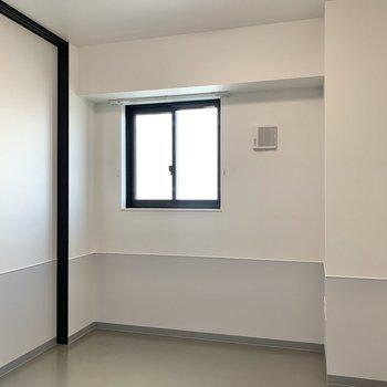 【洋室】小窓でしっかり換気を。※写真は7階の同間取り別部屋のものです