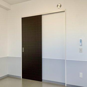 【洋室】ベッドをシングルサイズにすると、デスクも配置できますよ。※写真は7階の同間取り別部屋のものです