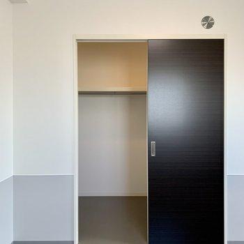 【洋室】ウォークインクローゼット、オープン!※写真は7階の同間取り別部屋のものです
