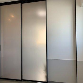 【洋室】引き戸は半透明なので圧迫感がありません。※写真は7階の同間取り別部屋のものです