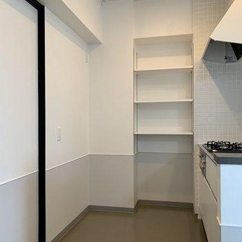 【LDK】後ろに冷蔵庫が置けます。サイドには棚も。※写真は7階の同間取り別部屋のものです