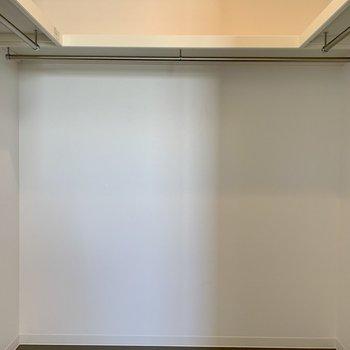 【洋室】奥行きたっぷり。コの字型にハンガーポールがあります。※写真は7階の同間取り別部屋のものです