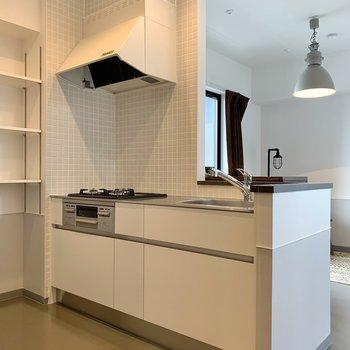 【LDK】キッチンからお部屋を見渡せます。※写真は7階の同間取り別部屋のものです