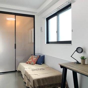 【洋室】ベッドをシングルサイズにすれば、デスクも配置できます。※家具はサンプルのものです