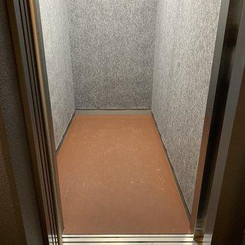 エレベーターは自転車を乗せやすい広さ。