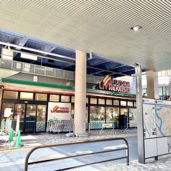 駅を出てすぐスーパー。帰りにサクッとお買い物。