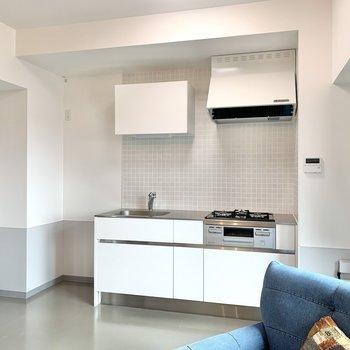 【LDK】清潔感のある白いキッチン。※家具はサンプルのものです