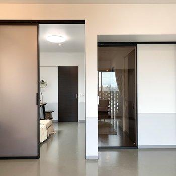 【LDK】玄関への扉は透明、洋室の扉は半透明です。※家具はサンプルのものです