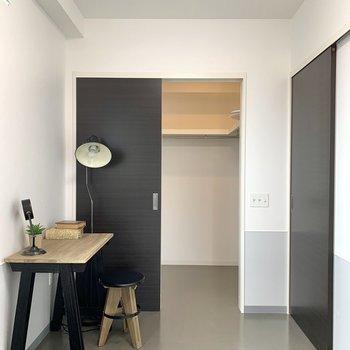 【洋室】ウォークインクローゼット、オープン!※家具はサンプルのものです
