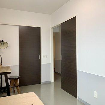 【洋室】玄関へも直に行き来できるんです。※家具はサンプルのものです
