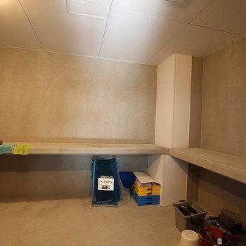 屋内に24時間利用可能なゴミ捨て場があります。水栓も中に設置されていました。