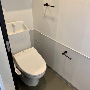 トイレは個室。上部には収納もあります。※写真は7階の同間取り別部屋のものです
