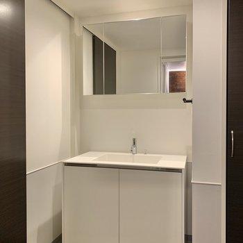 三面鏡になる洗面台。朝の身支度がスムーズになりそう。※写真は7階の同間取り別部屋のものです