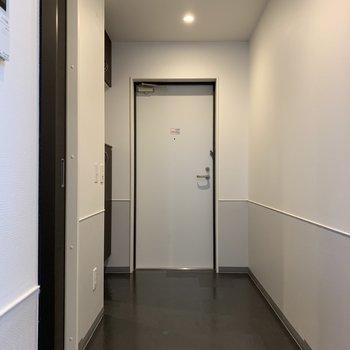 玄関はゆとりのあるサイズ感です。※写真は7階の同間取り別部屋のものです