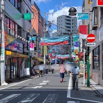商店街には飲食店が多くあり、賑わっていました。