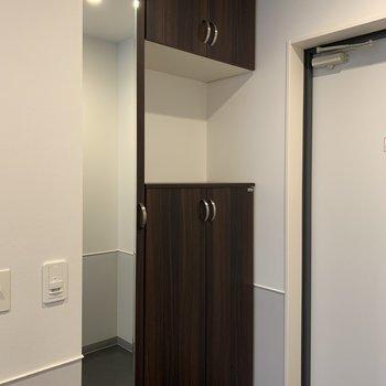 シューズボックスには鏡が。お出かけ前に身だしなみチェック!※写真は7階の同間取り別部屋のものです