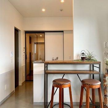 【LDK】玄関への扉は透明になっているんです。※写真は7階の同間取り別部屋のものです