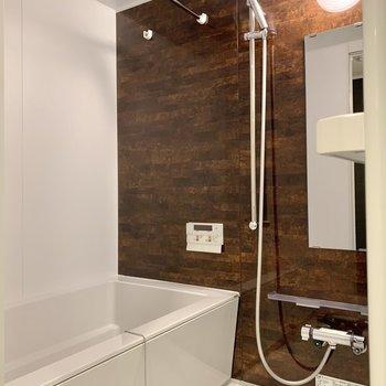 のんびり浸かれる浴槽。浴室乾燥・追焚機能付きですよ。※写真は7階の同間取り別部屋のものです