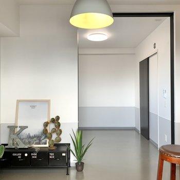 【LDK】洋室との引き戸を開けると開放的。※写真は7階の同間取り別部屋のものです