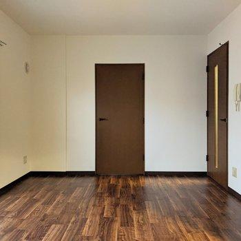 【リビング】濃茶の床で落ち着いたお部屋です。