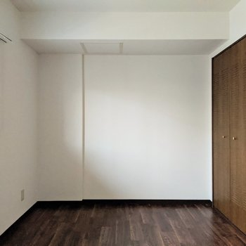 【洋室】ベッド、本棚を置いてゆったりと暮らせる空間に。