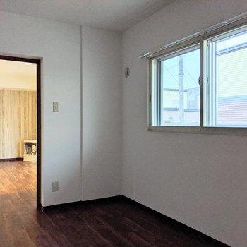 【洋室】窓は南東向き。外はバルコニーにつながっています。