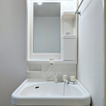 収納付きの独立式洗面台です。