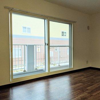 【リビング】大きな窓は南東向きです。バルコニーに出ることができます。