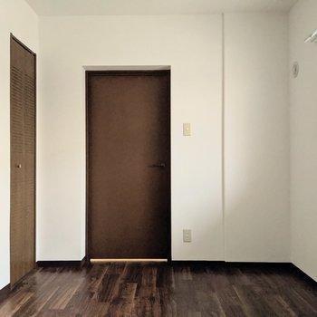 【洋室】約6帖の広さ。ゆとりのある寝室にどうぞ。