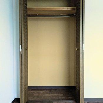 【洋室】大きなクローゼットには丈の長い衣類も収納できそうです。